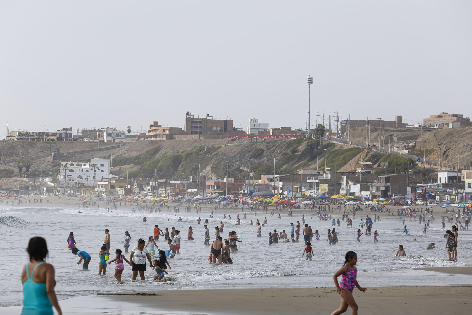Playa Puerto Chico encanta con sus suaves olas que permiten a grandes y chicos disfrutar de su mar. Foto: ANDINA/Renato Pajuelo