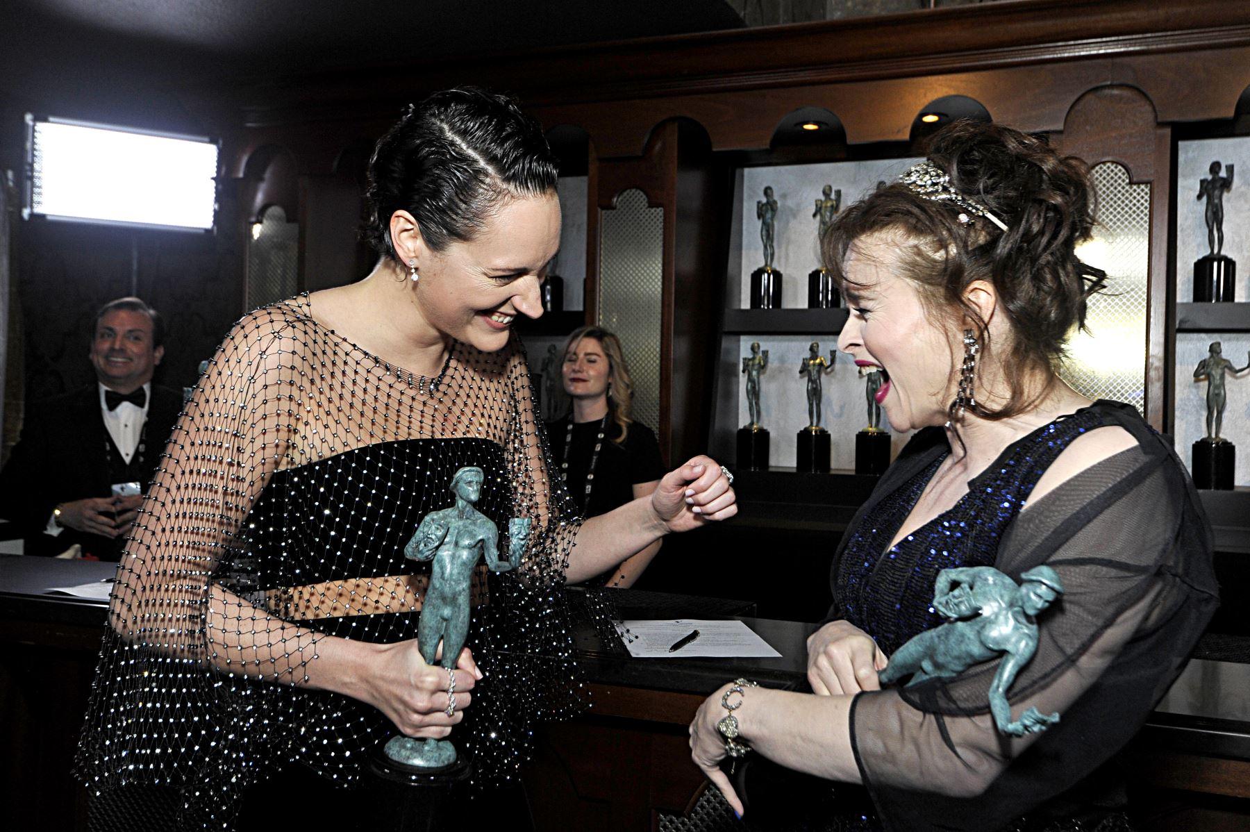 Phoebe Waller-Bridge, ganadora de la Mejor Actuación de una Actriz en una Serie de Televisión - Musical o Comedia y Helena Bonham Carter, ganadora de la Actuación Sobresaliente de un Conjunto en una Serie de Drama posan en la sala de trofeos durante la 26a. Entrega Anual de los Screen Actors Guild Awards. AFP