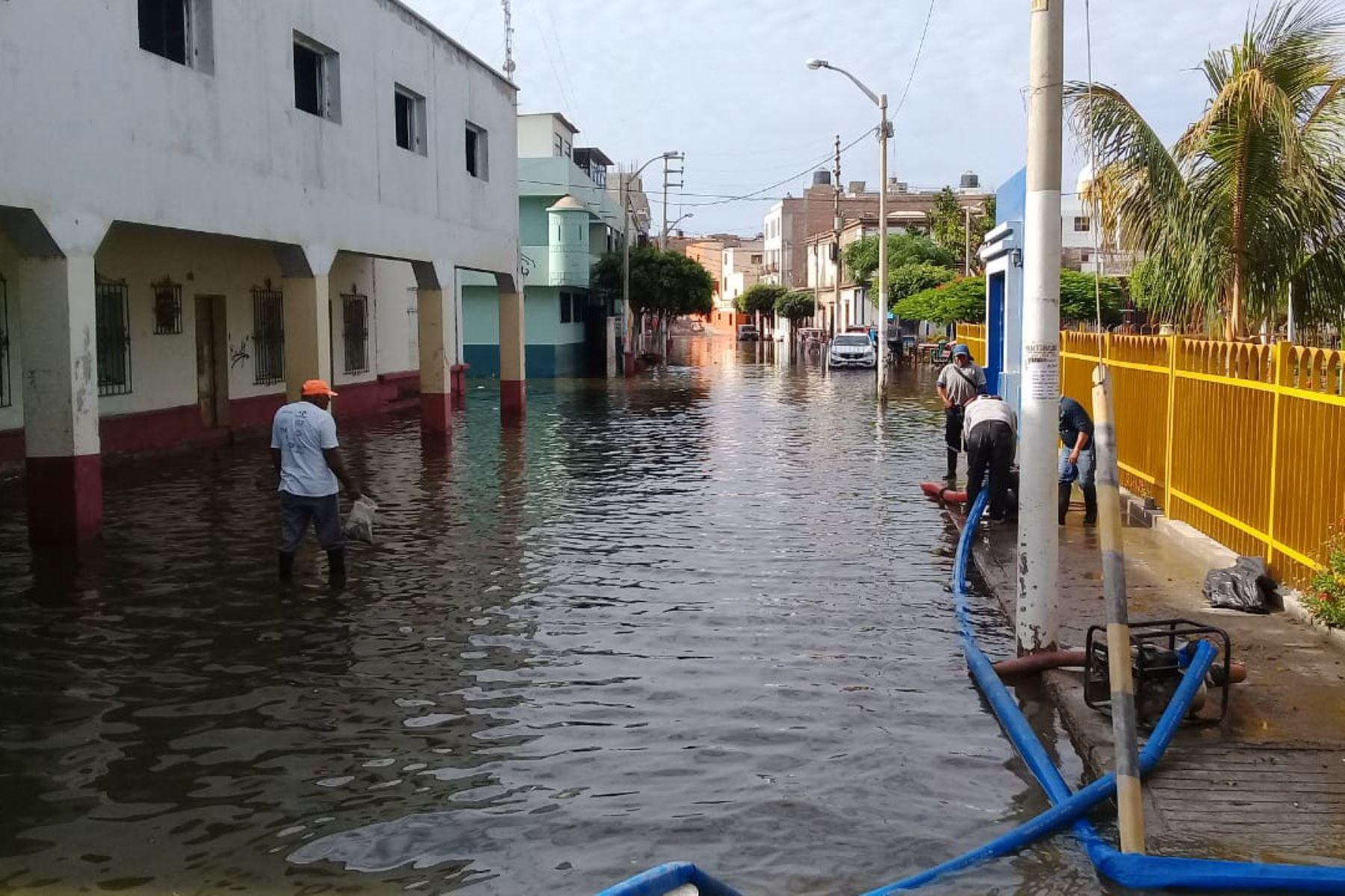 Más de 200 familias de Pacasmayo afectadas por la inundación de sus viviendas a causa del desborde de un canal. ANDINA/Difusión