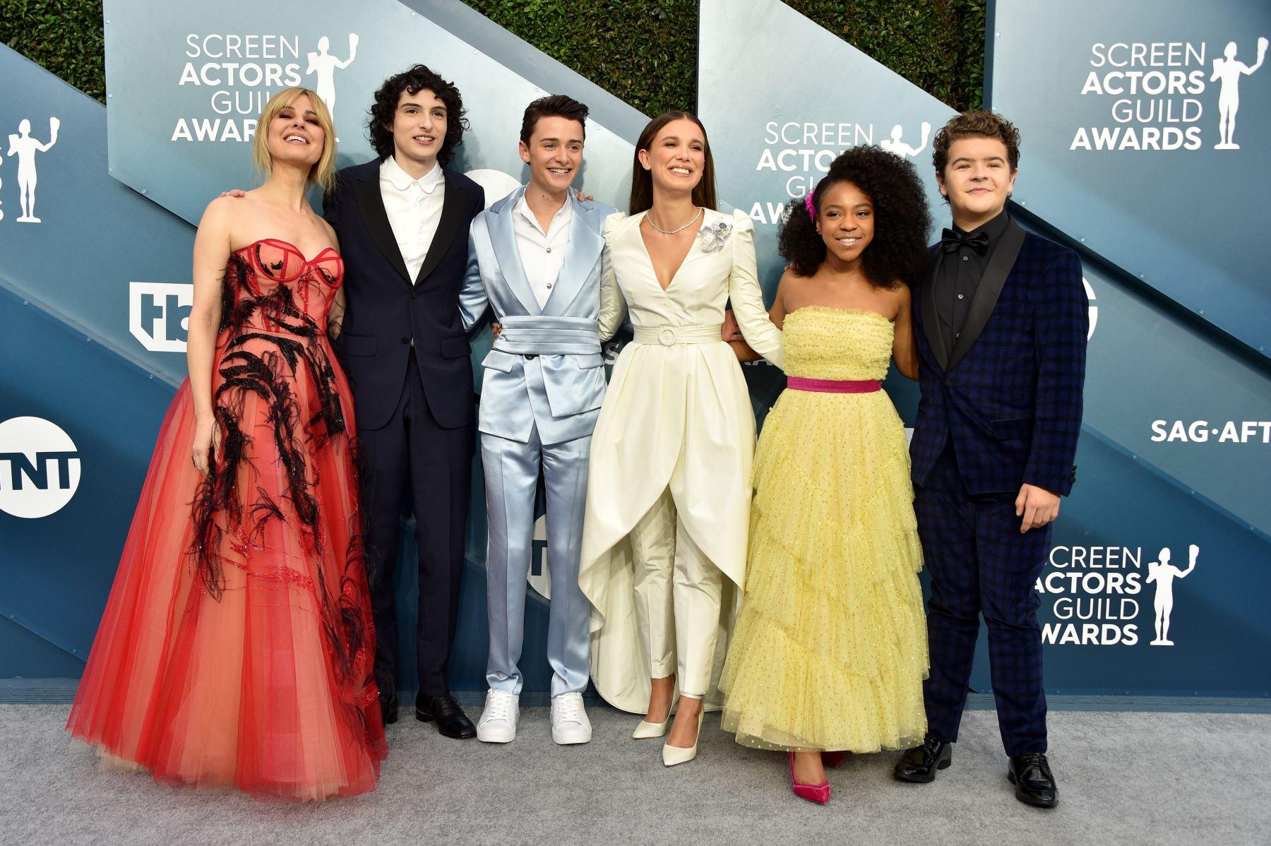 Cara Buono, Finn Wolfhard, Noah Schnapp, Millie Bobby Brown, Priah Ferguson y Gaten Matarazzo asisten a la 26 ° entrega anual de los premios Screen Actors Guild Awards. AFP
