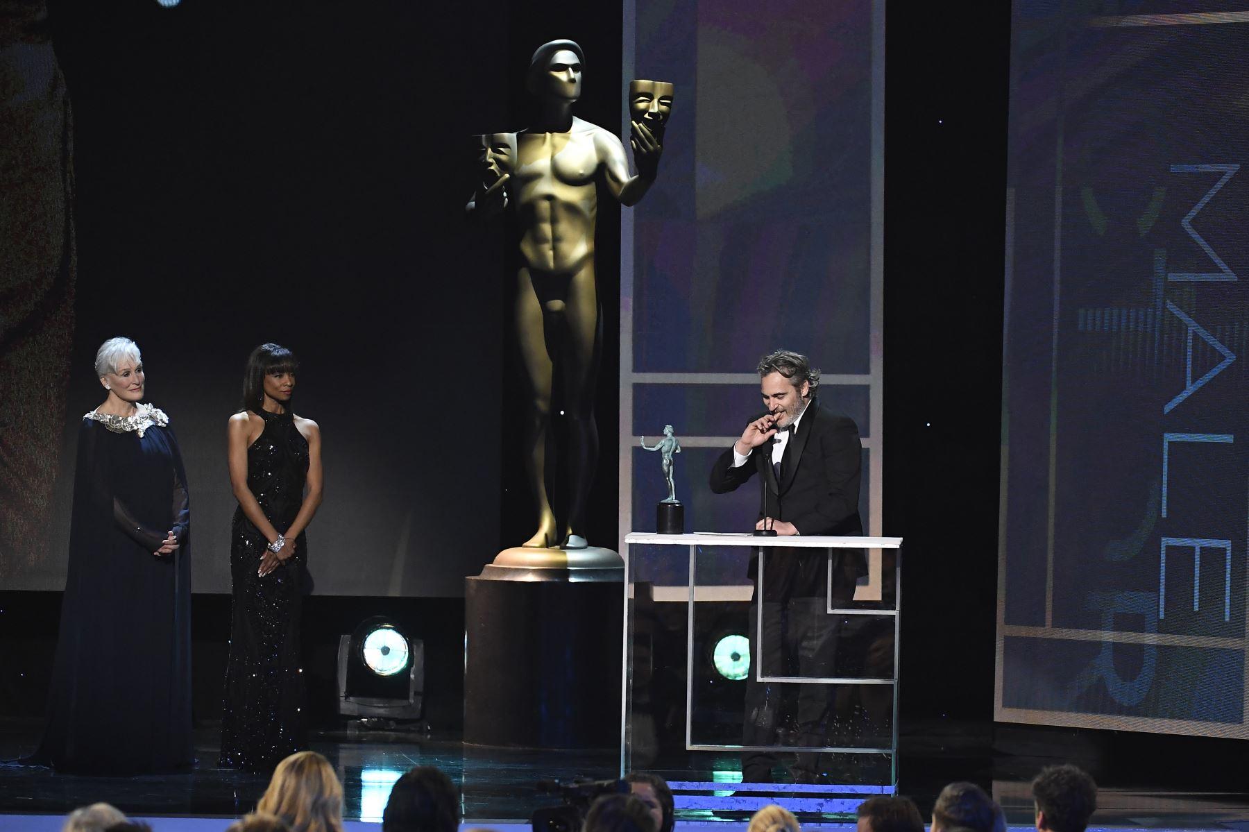 Joaquin Phoenix (R) acepta la actuación sobresaliente de un actor masculino en un papel principal para