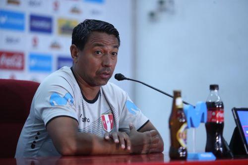 Nolberto Solano trabaja para que su equipo tenga eficacia frente al arco rival