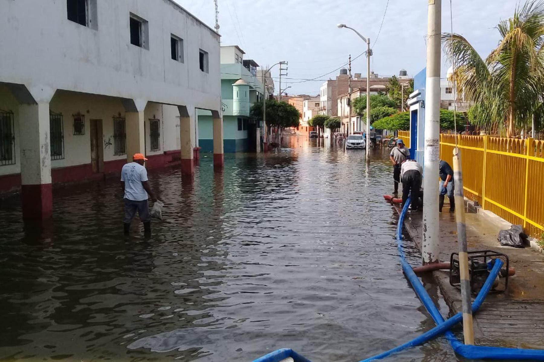 Unas 200 familias resultaron afectadas por la inundación que provocó el desborde de un canal de regadío en el distrito de Pacasmayo. Foto: ANDINA/Difusión