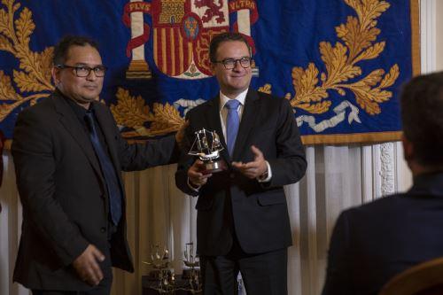 Ministro Edgar Vásquez recibe premio en España.