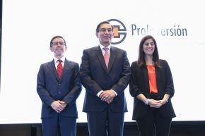 El director ejecutivo de Proinversión, Rafael Ugaz, acompañado por el presidente de la República, Martín Vizcarra y la ministra de Economía, María Alva. ANDINA/Prensa Presidencia