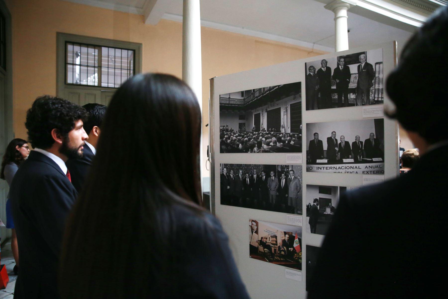 Ministro de Relaciones Exteriores, Embajador Gustavo Meza-Cuadra junto al Director de la Academia Diplomática del Perú,  Embajador Allan Wagner inauguran la muestra fotográfica en homenaje al Embajador Javier Perez de Cuéllar. Foto: ANDINA/Jhony Laurente