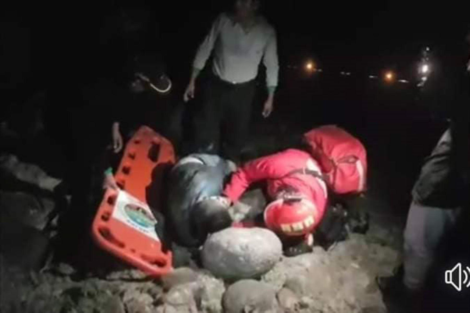 Seis personas murieron esta madrugada tras caída de un bus a un abismo en Arequipa. Foto: Facebook/Hugo C Suarez Vega