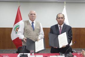 Acuerdo firmado entre jefe de la misión de la OEA, Eladio Loizaga Caballero y el presidente de la JNE, Víctor Ticona. Foto: Difusión.