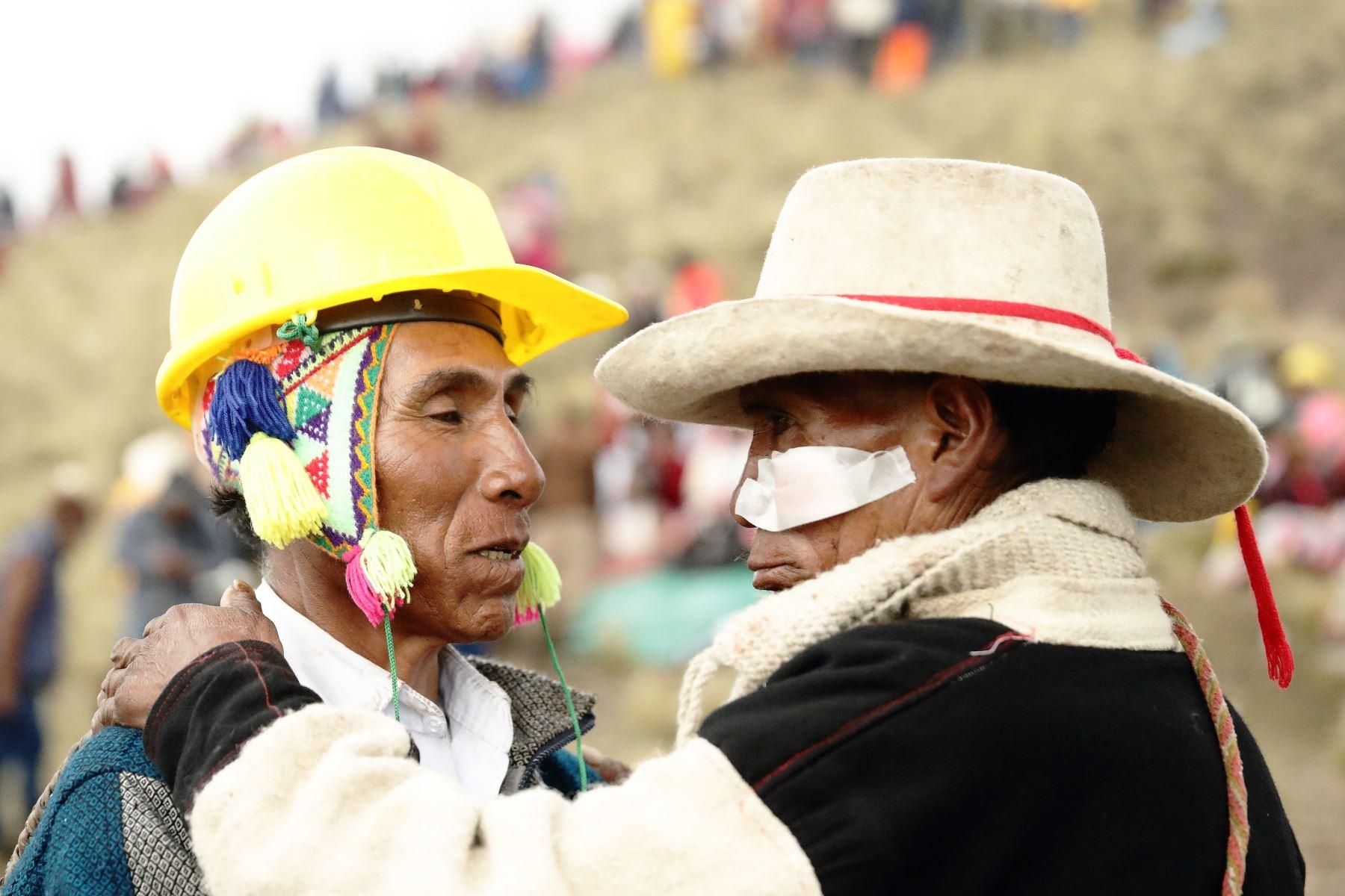Además de la ofrenda al pago a la tierra realizada con la sangre derramada en combate, los comuneros participan en el Chiaraje para conmemorar a sus ancestros. Foto: Denis Mayhua