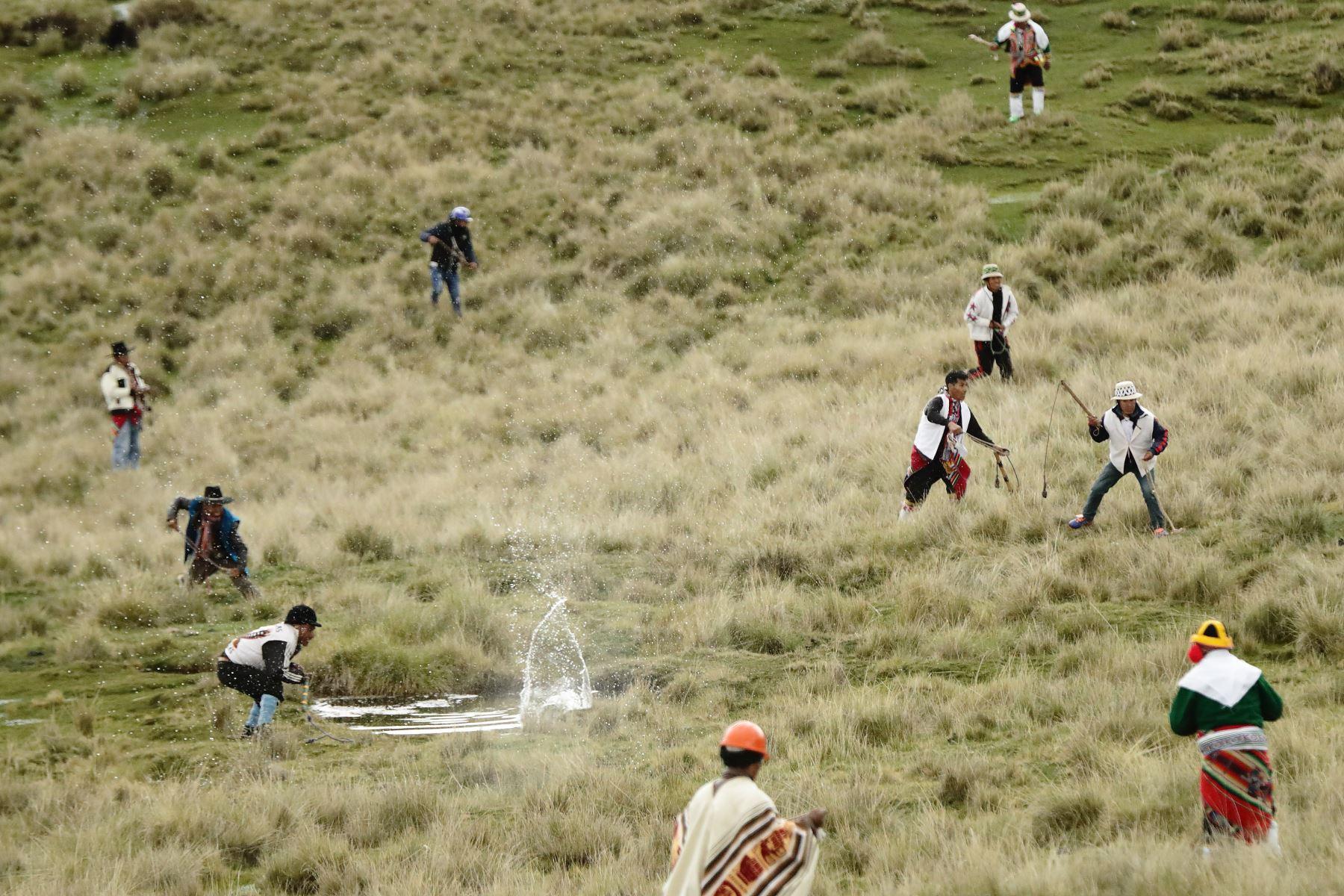 La Batalla del Chiaraje consiste en hacer retroceder al oponente lo suficiente para tomar posesión de la cima de un cerro de la zona.  Foto: Denis Mayhua