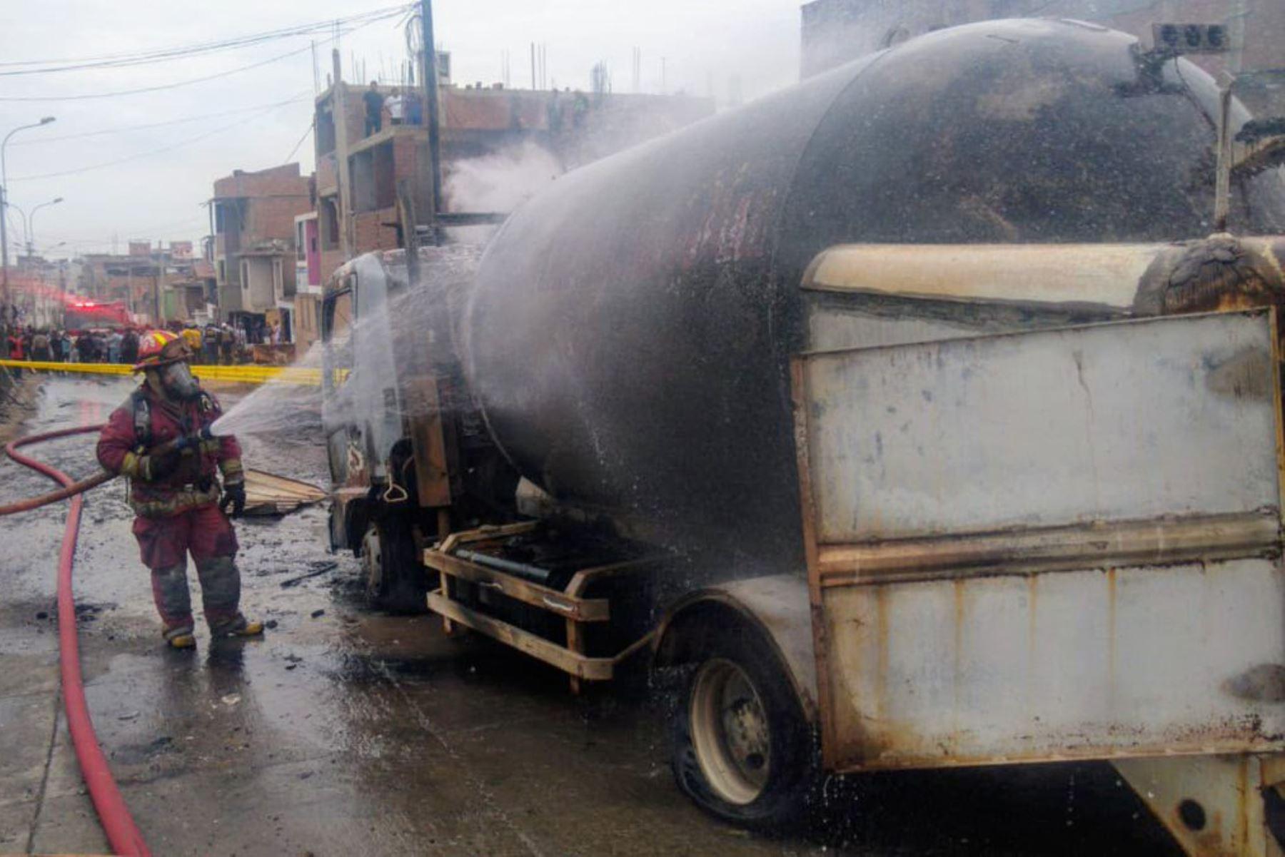 Pavoroso incendio provocado por explosión de un camión que transportaba gas en el distrito de Villa El Salvador, causa 2 muertes y decenas de heridos.  Foto: ANDINA/Internet Medios
