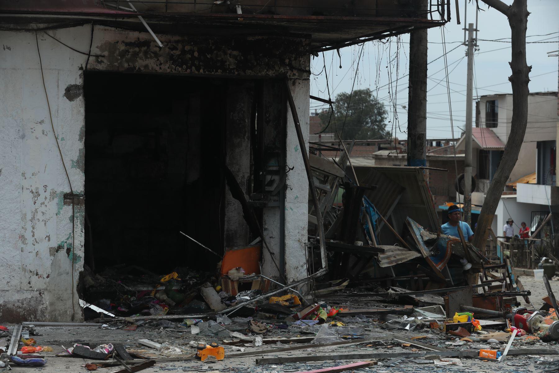 Pavoroso incendio provocado por explosión de un camión que transportaba gas en el distrito de Villa El Salvador, causa 2 muertes y decenas de heridos.  Foto: ANDINA/Melina Mejía