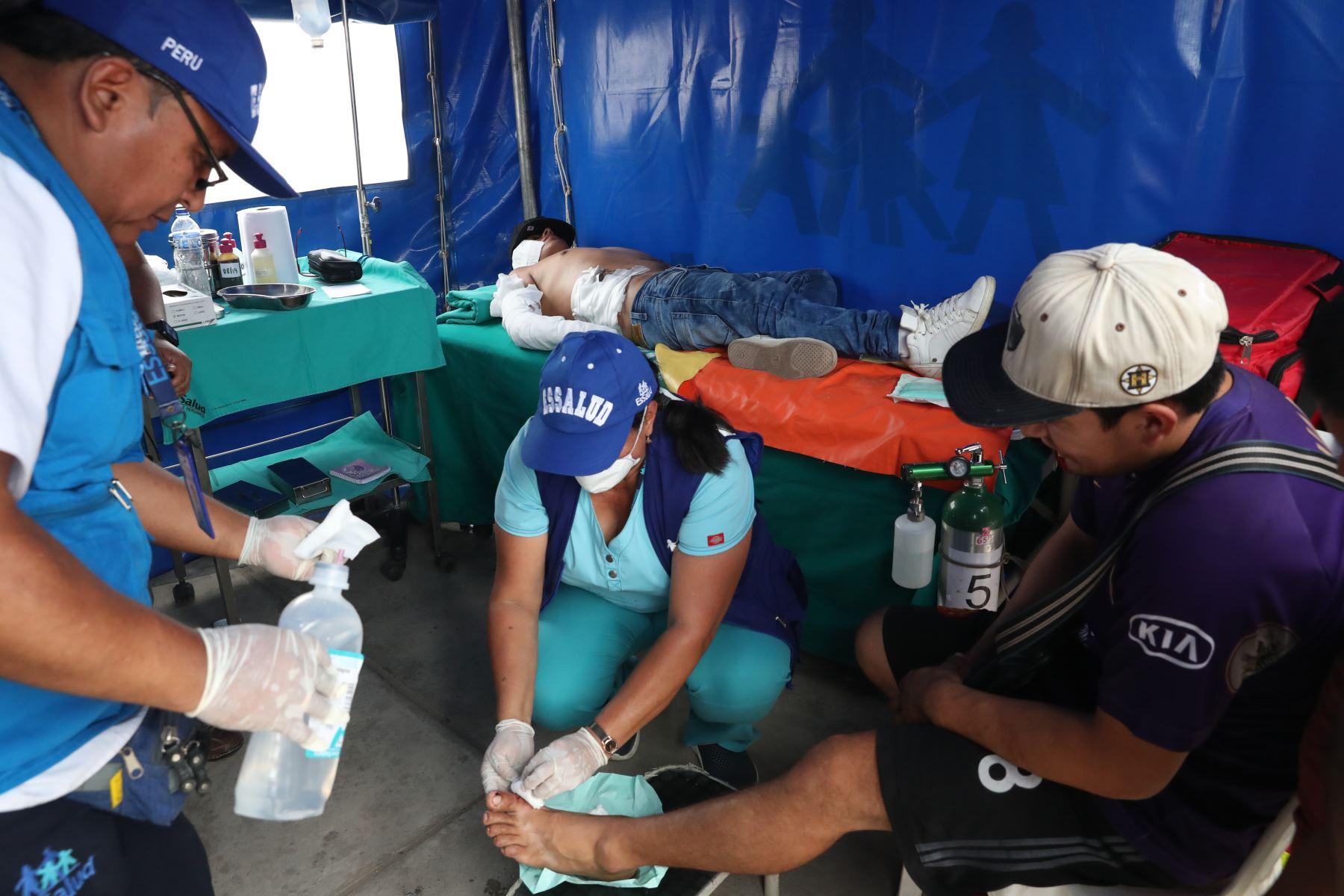 Médicos y enfermeras del Ministerio de Salud, atienden a los heridos tras explosión de camiones de gas en Villa el Salvador. Foto :ANDINA /Melina Mejia