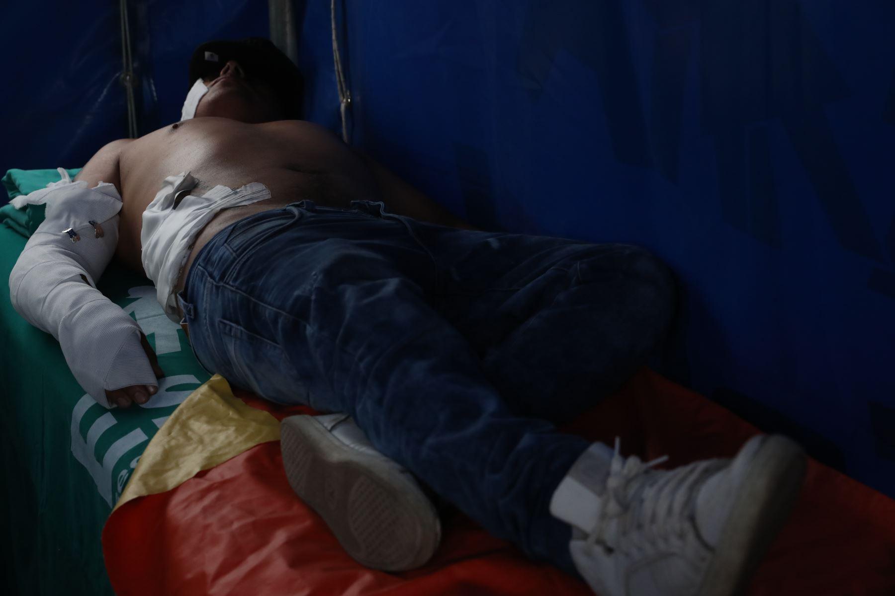 Médicos y enfermeras del Ministerio de Salud atienden a los heridos tras la explosión de un camión que transportaba gas en el distrito de Villa El Salvador. . Foto: ANDINA/Melina Mejía