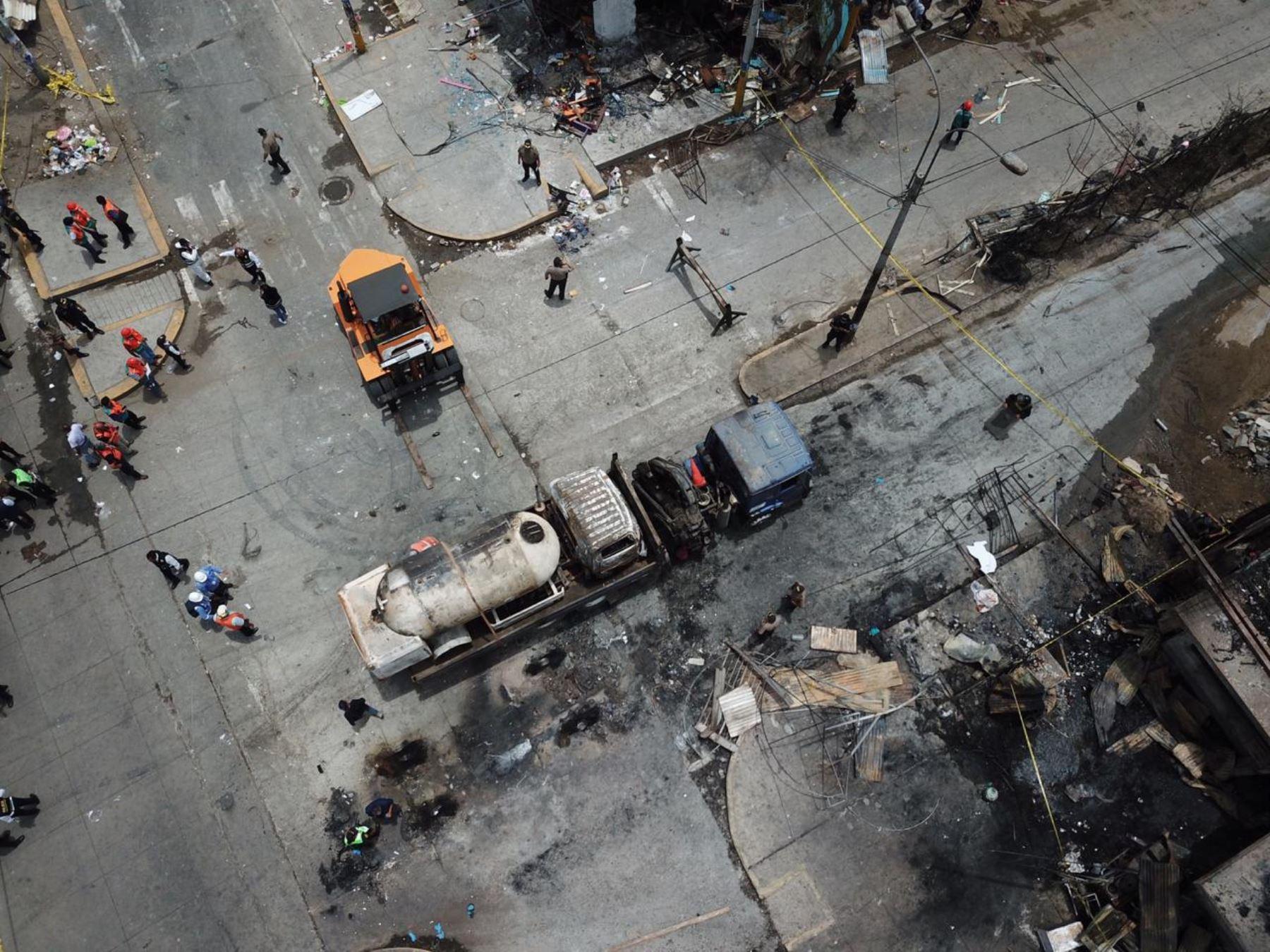 Panorámica del lugar donde ocurrió la explosión de camión que transportaba gas en el distrito de Villa El Salvador.  Foto :Braian Reyna