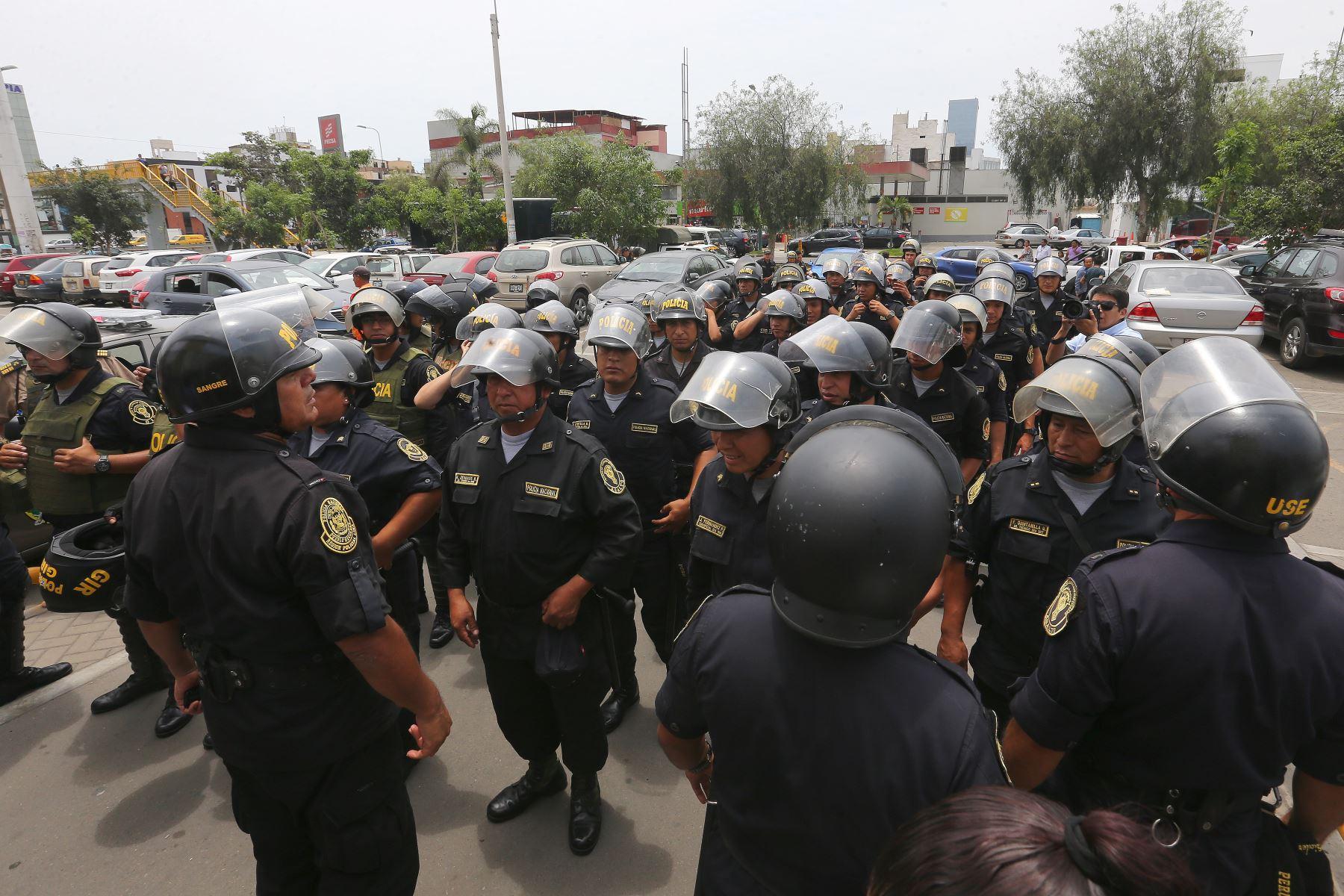 Policias donantes de sangre en hospital del niño de San Borja.Foto:ANDINA/Héctor Vinces.