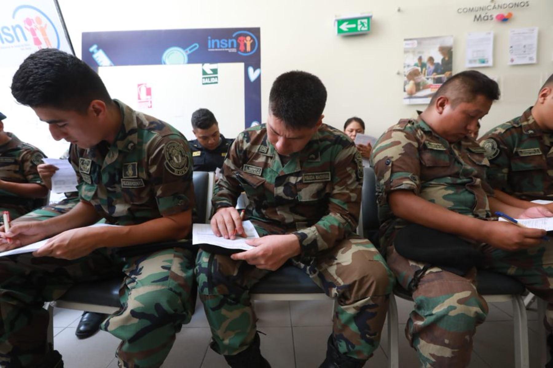 Miembros de la Policía Nacional donan sangre para víctimas de la explosión en Villa El Salvador.Foto: ANDINA/Minsa
