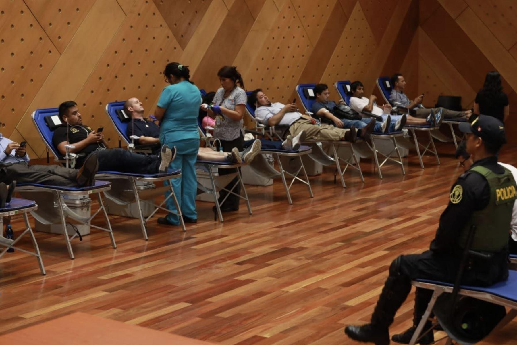 Ciudadanos se acercan  a hospitales para donar sangre en solidaridad con heridos, tras accidente por explosión de camión con gas. Foto:ANDINA/Minsa