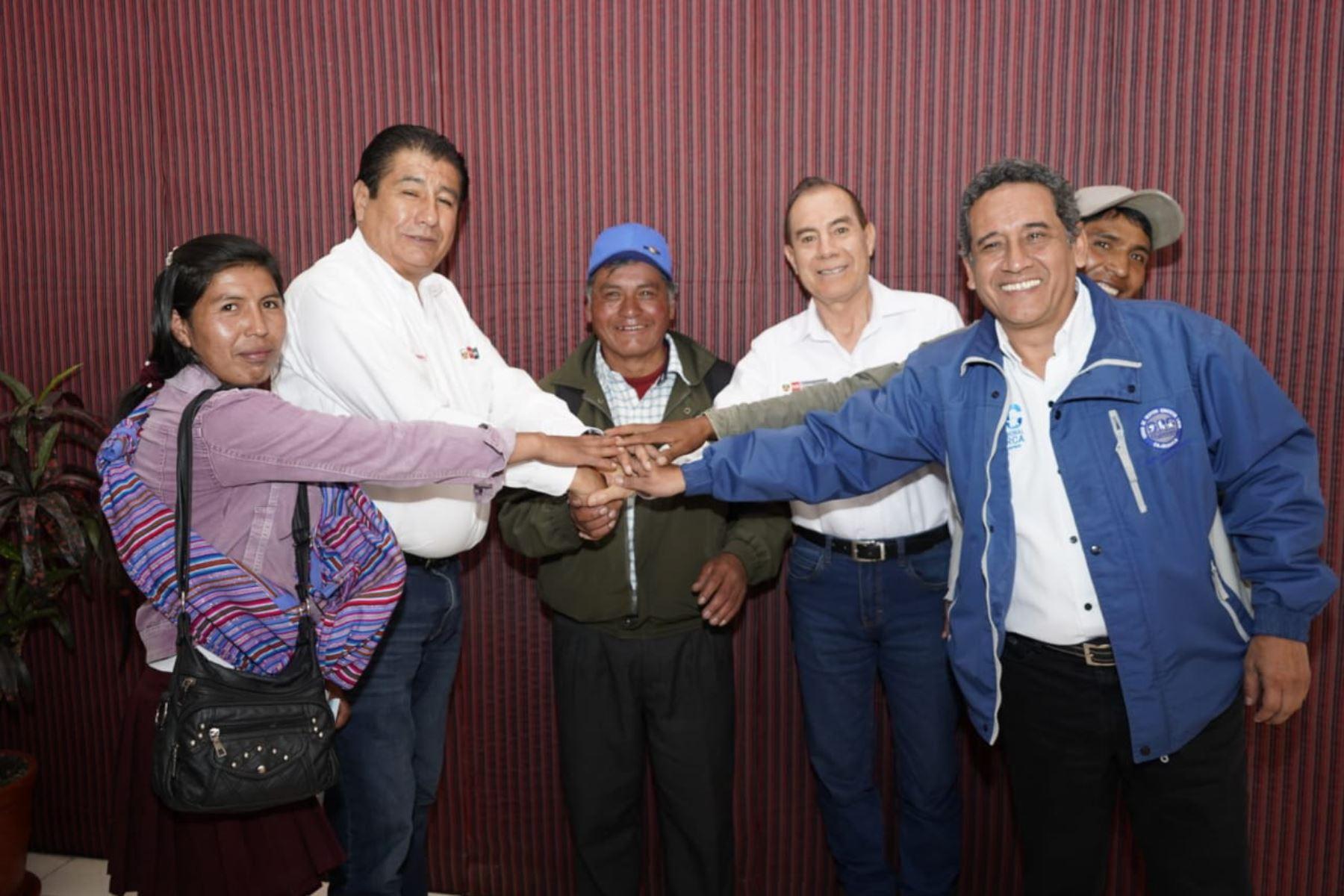El ministro de Vivienda, Rodolfo Yáñez, junto al ministro de Defensa, Walter Martos, participa en una reunión con el gobernador regional  Mesías Guevara y alcaldes provinciales de Cajamarca para articular proyectos de vivienda, agua, saneamiento, pistas y veredas.
