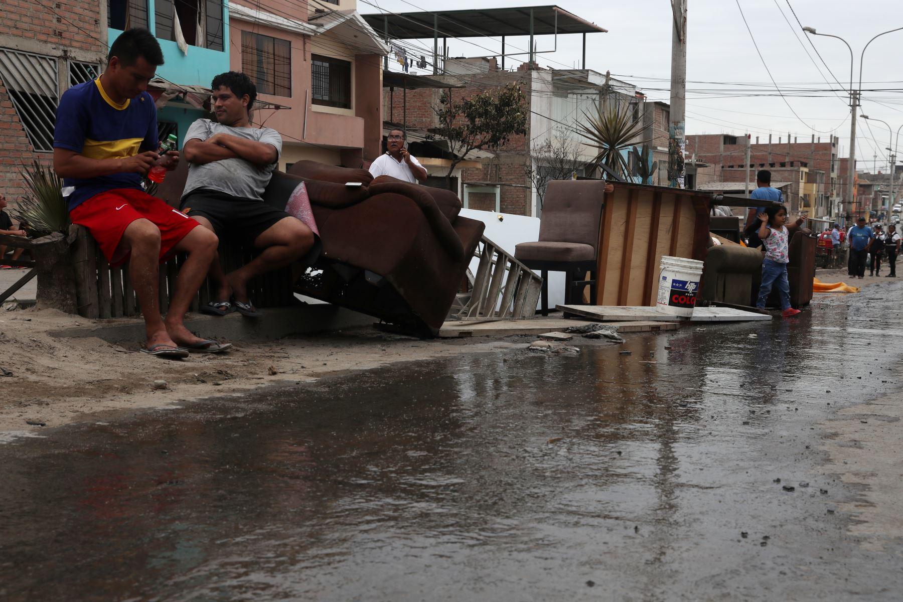 La deflagración ocurrida en Villa el Salvador dejó toda una cuadra con casas dañadas en la calle Villa del Mar.  Foto: ANDINA/Melina Mejía