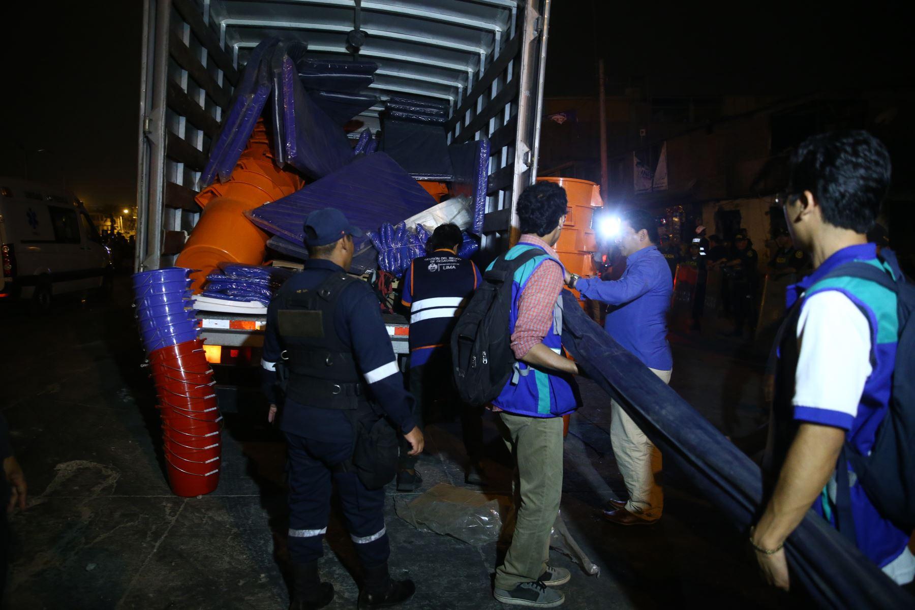 Ayudas de la deflagración ocurrida en Villa el Salvador dejó toda una cuadra con casas dañadas en la calle Villa del Mar. Foto: ANDINA/Vidal Tarqui
