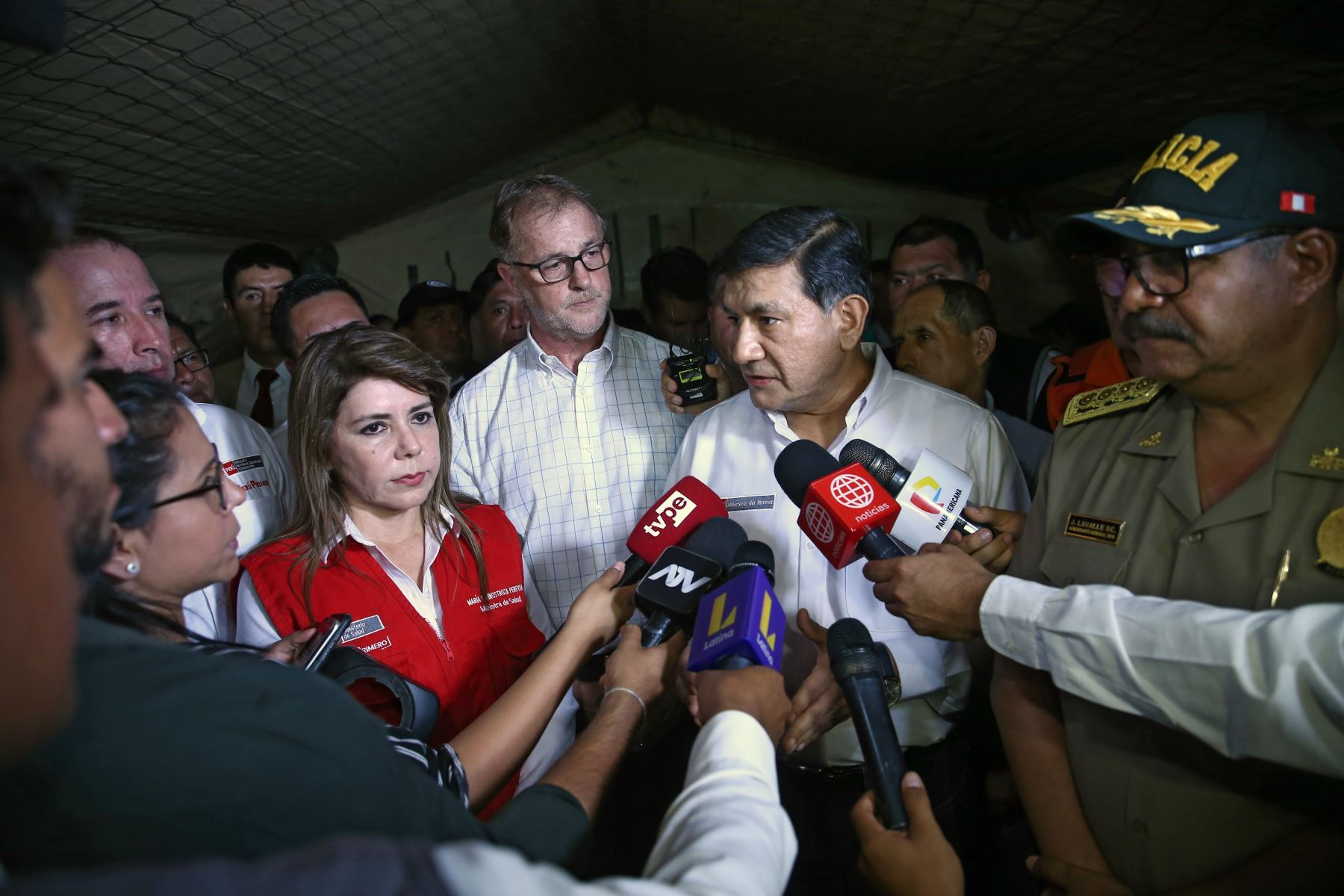 Ministra de Salud, María Elizabeth Hinostroza y Ministro del Interior, Carlos Moran llegan a la zona del incidente en Villa el Salvador para supervisar ayuda. Foto: ANDINA/Vidal Tarqui