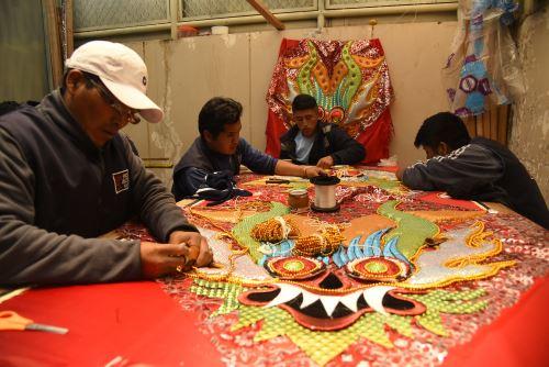 Internos del penal de Puno se lucen en la confección de trajes para los danzantes de la Festividad de la Virgen de la Candelaria. ANDINA/Difusión