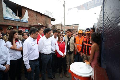 Ministros de Estado recorren zona de emergencia en Villa el Salvador