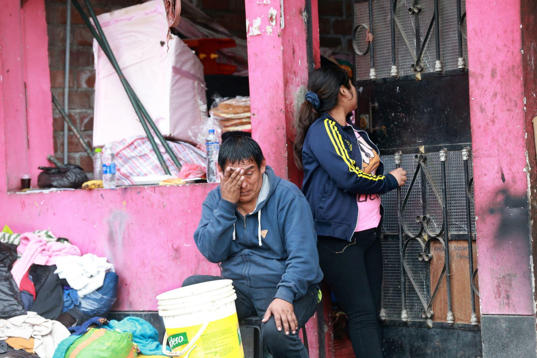 Vecinos afectados por la deflagración en Villa el Salvador. Foto: ANDINA/Jhony Laurente