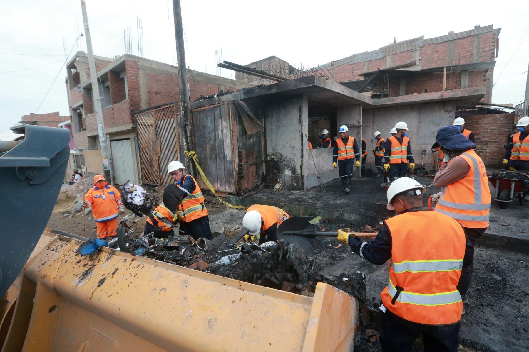 Con acciones de ayuda y la solidaridad de la población, amanecen los vecinos afectados por la deflagración en Villa el Salvador. Foto: ANDINA/Jhony Laurente
