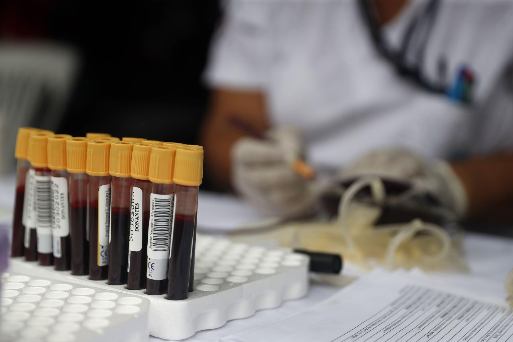 Cientos de personas acuden al Hospital Almenara para donar sangre en solidaridad con las víctimas de Villa el Salvador. Foto: ANDINA/Renato Pajuelo
