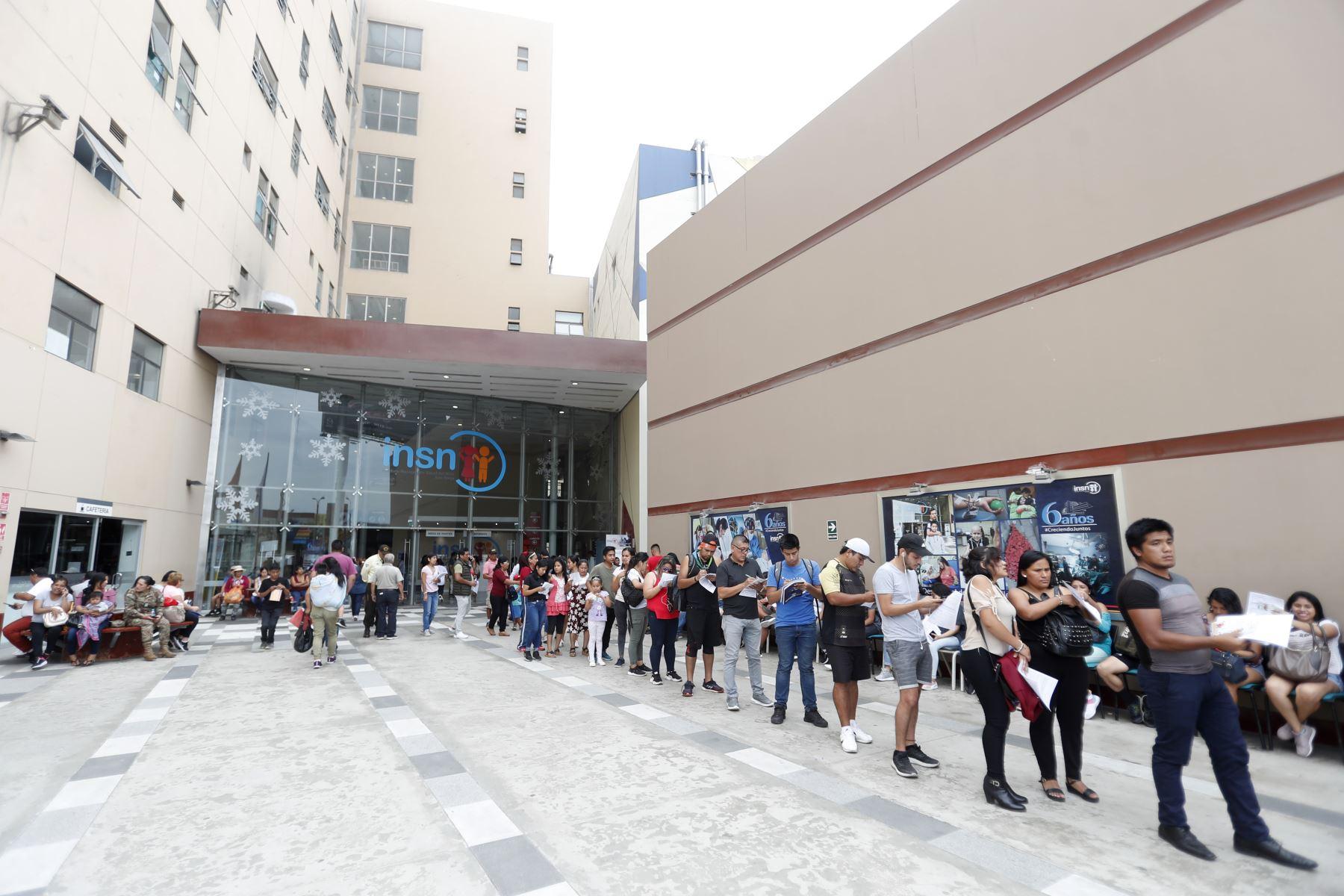 Cientos de personas continuan llegando al Hospital del Niño San Borja para colaborar con la donación de sangre para las víctimas de Villa el Salvador. Foto: ANDINA/Renato Pajuelo
