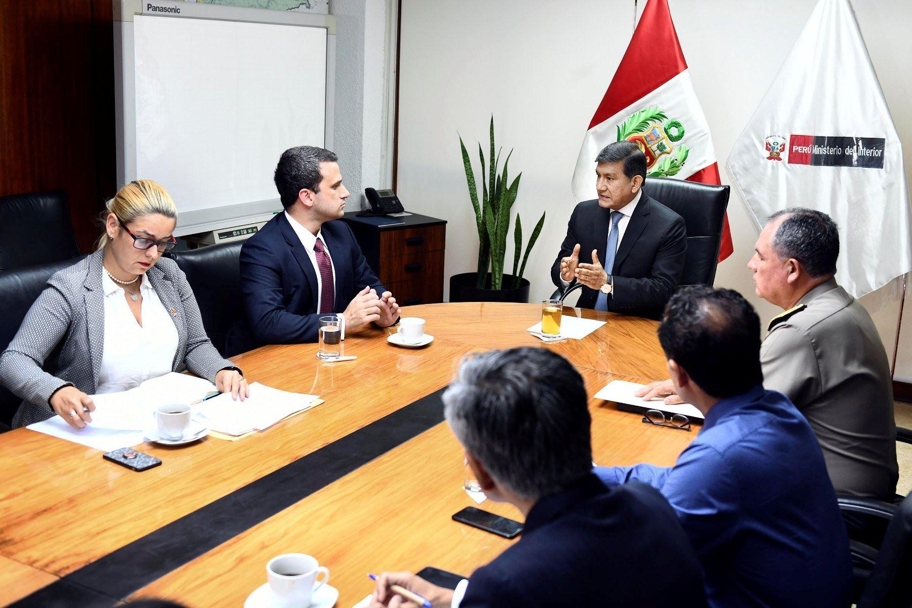 El ministro del Interior, Carlos Morán, se reunió con el embajador de Venezuela en Perú, Carlos Scull, para hablar sobre la situación de los venezolanos en Perú. Foto: ANDINA/difusión.