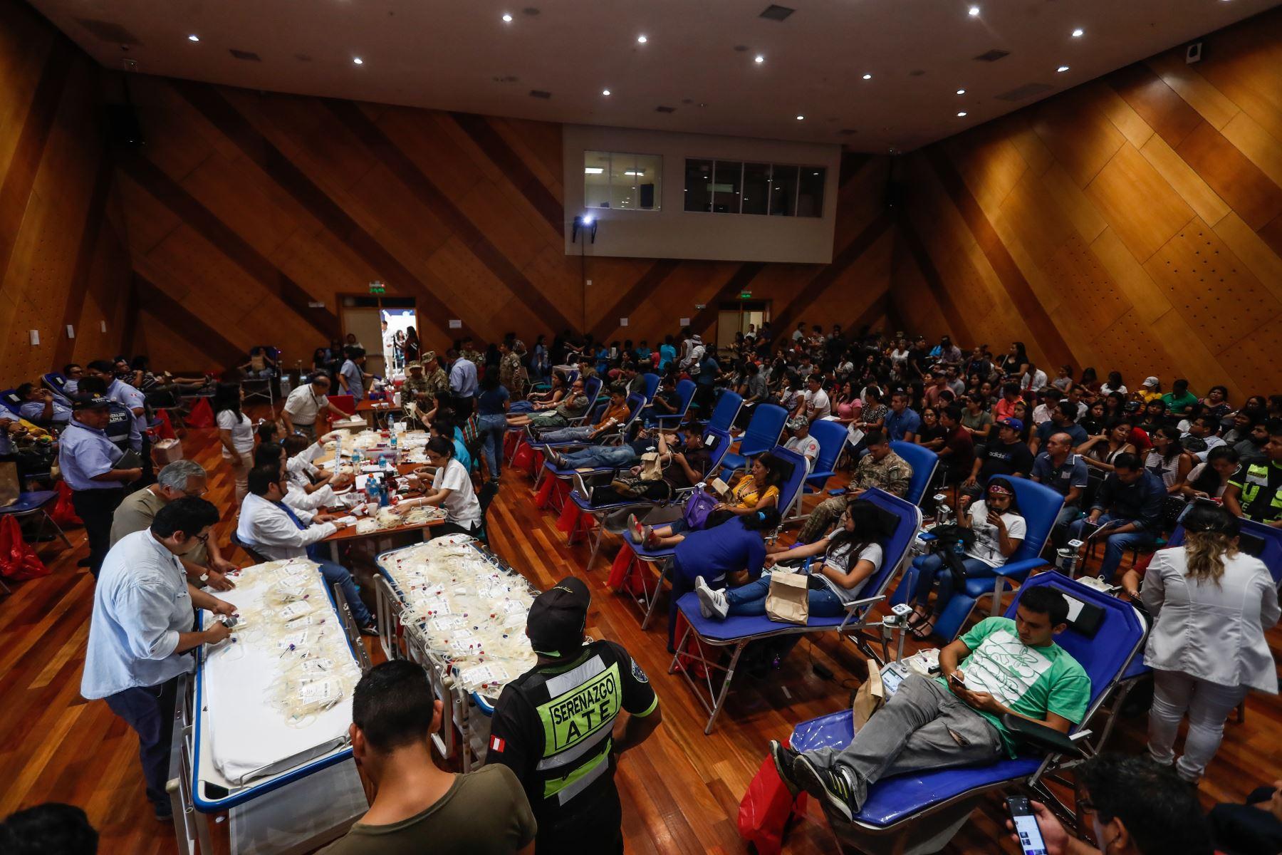 Cientos de personas continúan llegando al Hospital del Niño San Borja para colaborar con la donación de sangre para las víctimas de Villa el Salvador. Foto: ANDINA/Renato Pajuelo
