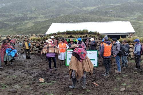 Como parte de las actividades preventivas ante la ocurrencia de heladas y lluvias intensas en zonas altoandinas, el Ministerio de Agricultura y Riego (Minagri) entregó 25 cobertizos para proteger a unas 2,500 cabezas de ganado.