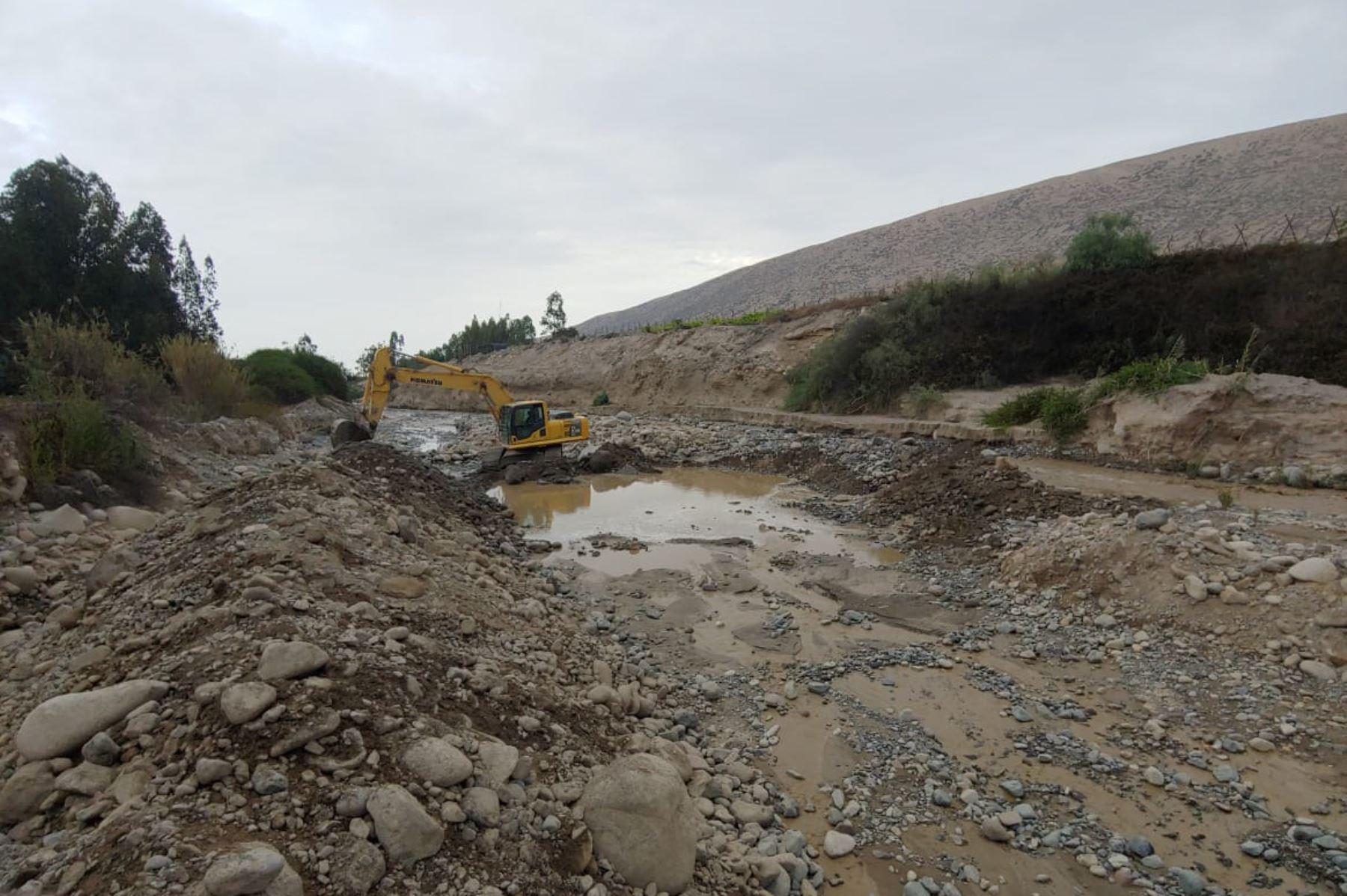 El Ministerio de Vivienda, Construcción y Saneamiento (MVCS), a través del Programa Nuestras Ciudades (PNC)-Maquinarias, realiza trabajos de limpieza y descolmatación en el río Palca, en el sector Causuri, distrito de Palca, provincia de Tacna, a fin de evitar desbordes y huaicos ante la temporada de lluvias.