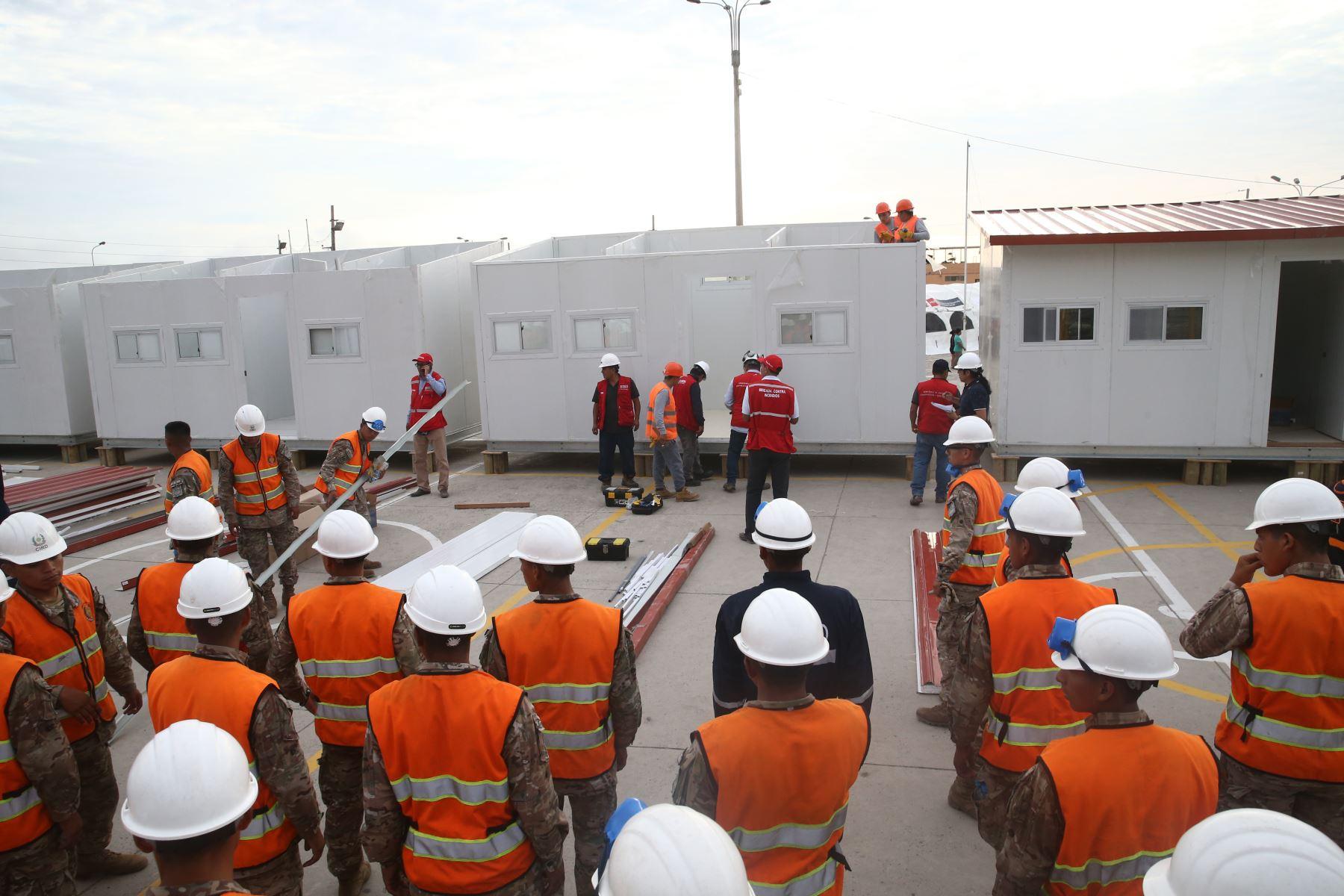 Ministerio de Vivienda construe Modulos de Viviendas en solidaridad llevando ayuda a damnificados de incendio en Villa el Salvador. Foto: ANDINA/Vidal Tarqui