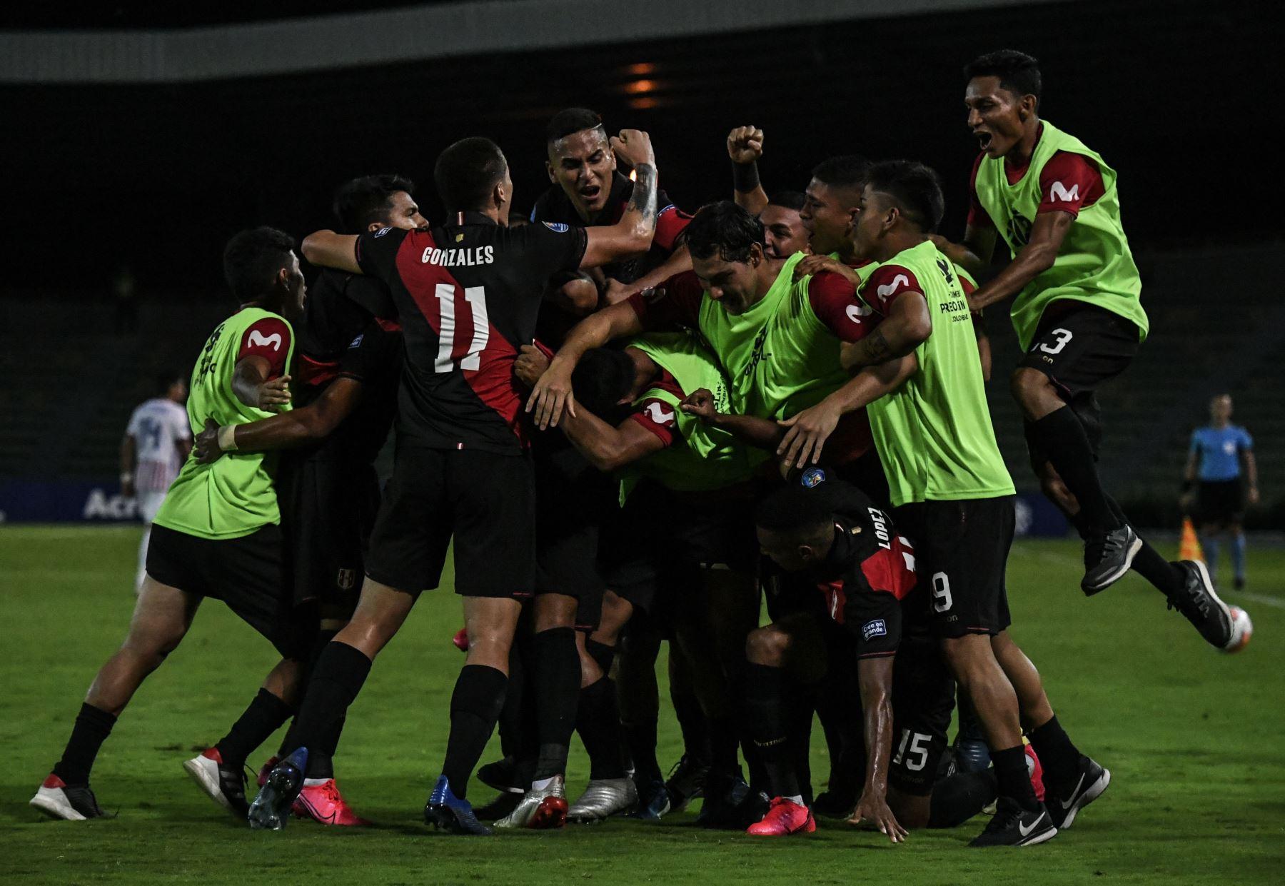 Los jugadores de Perú celebran su tercer gol, un gol en propia meta del defensa paraguayo Santiago Arzamendia, durante su partido de fútbol del Torneo Preolímpico Sudamericano Sub-23 en el Estadio Centenario en Armenia, Colombia.Foto:AFP