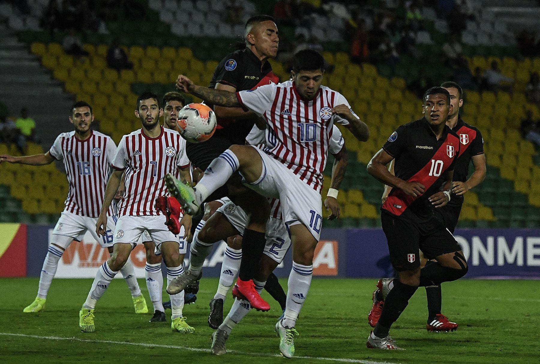 El centrocampista eruvio Aldair Fuentes (C) y el delantero paraguayo Sergio Díaz (10) compiten por el balón durante su torneo de fútbol pre-olímpico sudamericano Sub-23 en el estadio Centenario en Armenia, Colombia.Foto:AFP