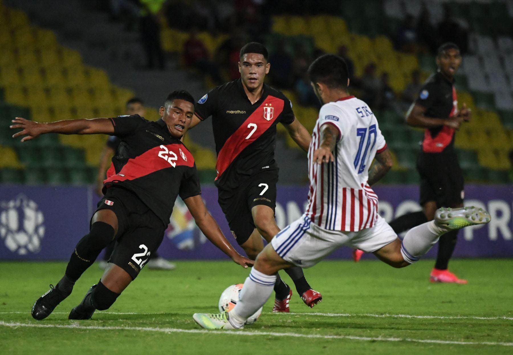 El paraguayo Sergio Díaz (R) está marcado por el peruano Kluiverth Aguilar (L) y el mediocampista peruano Yuriel Celi durante su partido de fútbol del Torneo Preolímpico Sudamericano Sub-23 en el Estadio Centenario en Armenia, Colombia. Foto:AFP