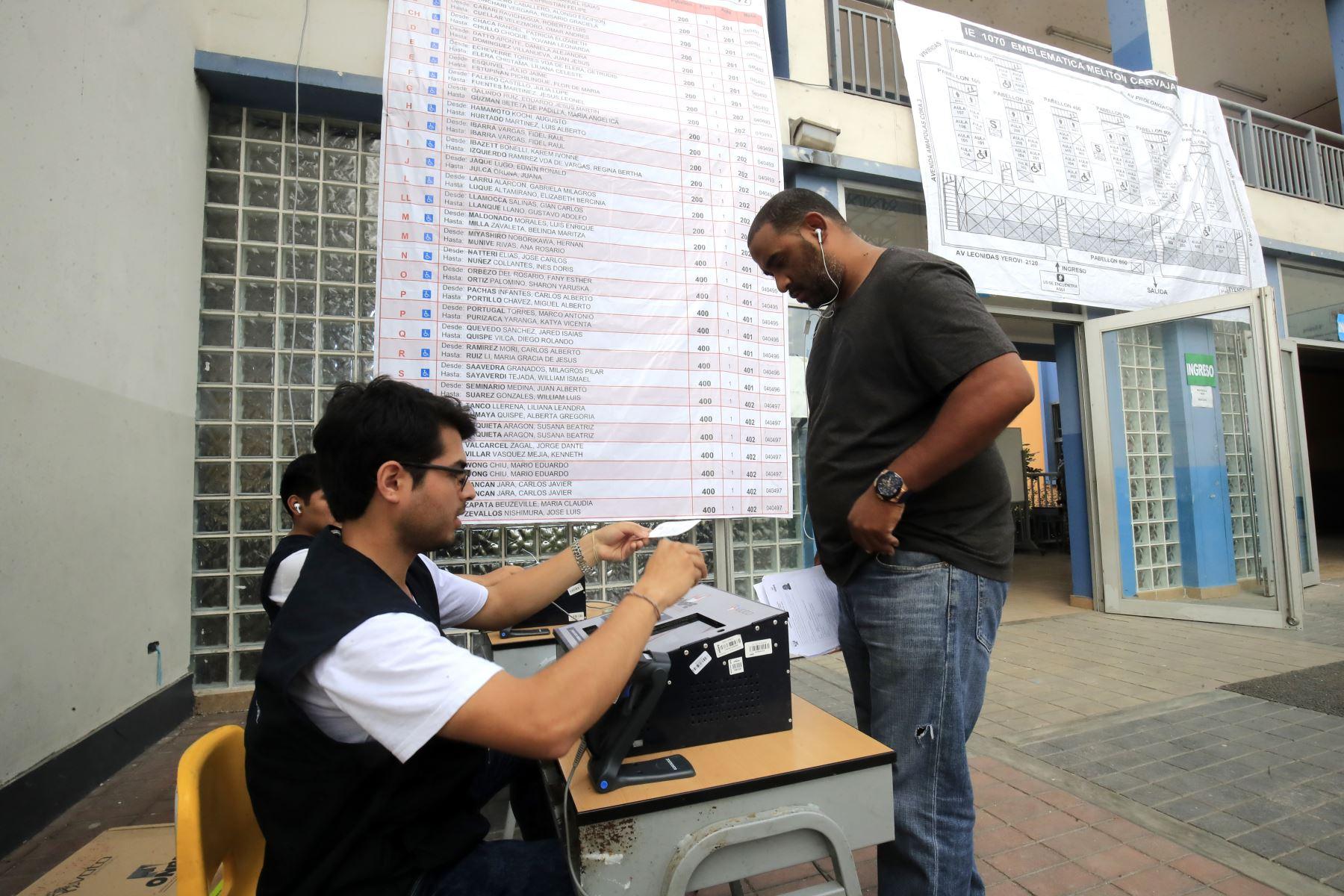 Mesas listas en el centro educativo Melitón Carvajal para que los ciudadanos emitan su voto en las Elecciones Congresales Extraordinarias 2020. Foto: ANDINA/Juan Carlos Guzmán.