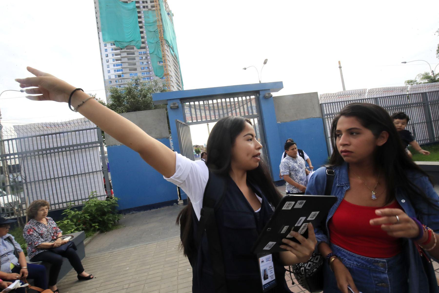 Primeros electores llegan al centro educativo Melitón Carvajal para emitir su voto en las Elecciones Congresales Extraordinarias 2020. Foto: ANDINA/Juan Carlos Guzmán.