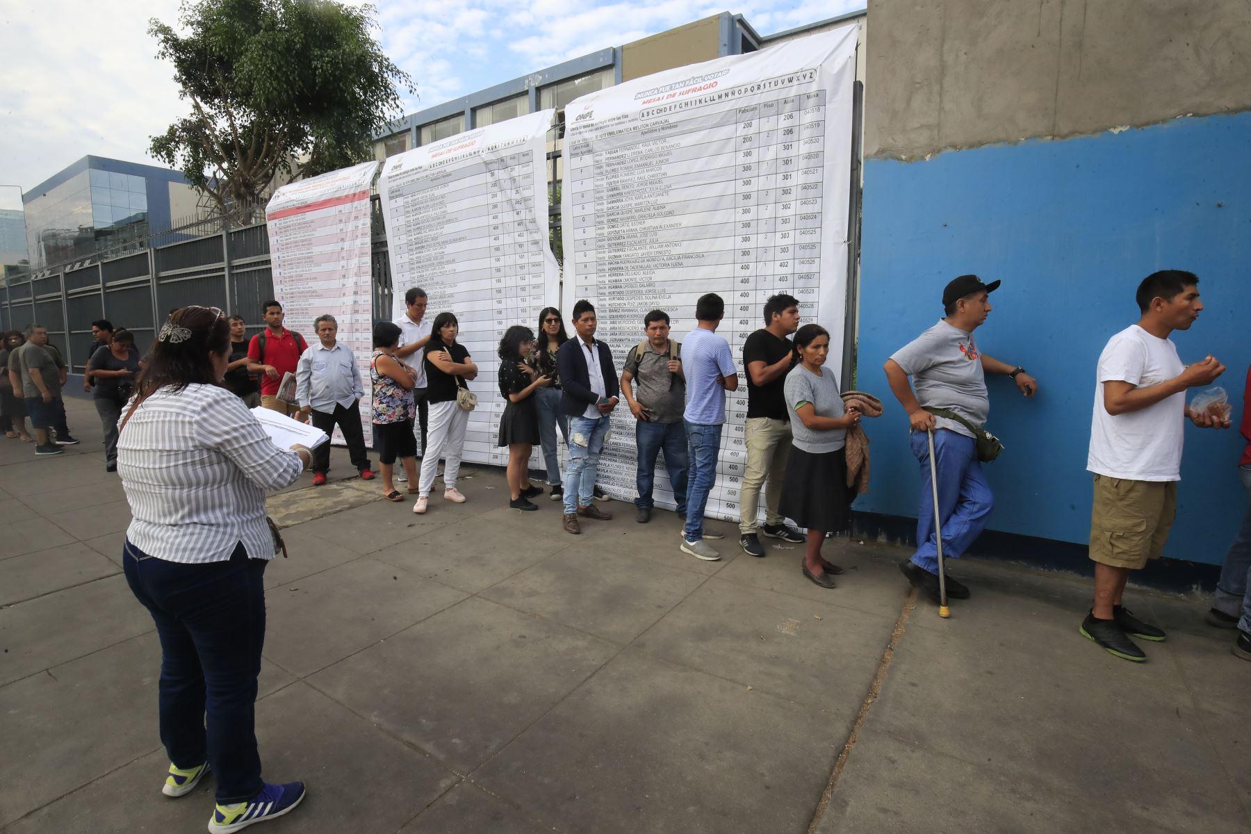 Primeros electores llegan al centro educativo Melitón Carbajal, para emitir su voto en las Elecciones Congresales Extraordinarias 2020. Foto: ANDINA/Juan Carlos Guzmán.