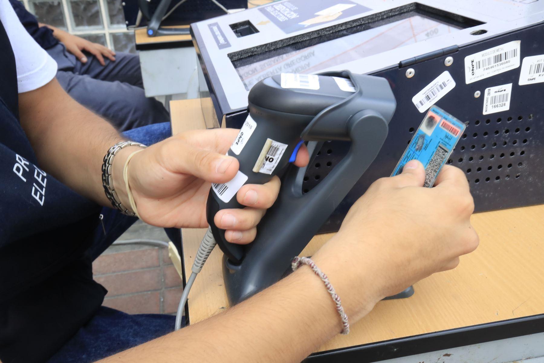 Voto electrónico en el centro educativo Melitón Carvajal, donde electores emitirán su voto en las Elecciones Congresales Extraordinarias 2020. Foto: ANDINA/Juan Carlos Guzmán.