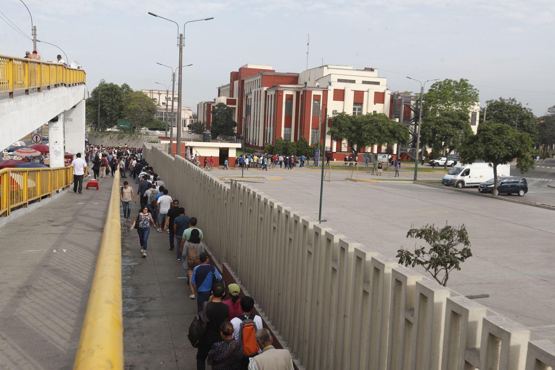 Electores ingresan a la Universidad de Ingeniería para emitir su voto en las Elecciones Congresales Extraordinarias 2020.Foto: ANDINA/Renato Pajuelo