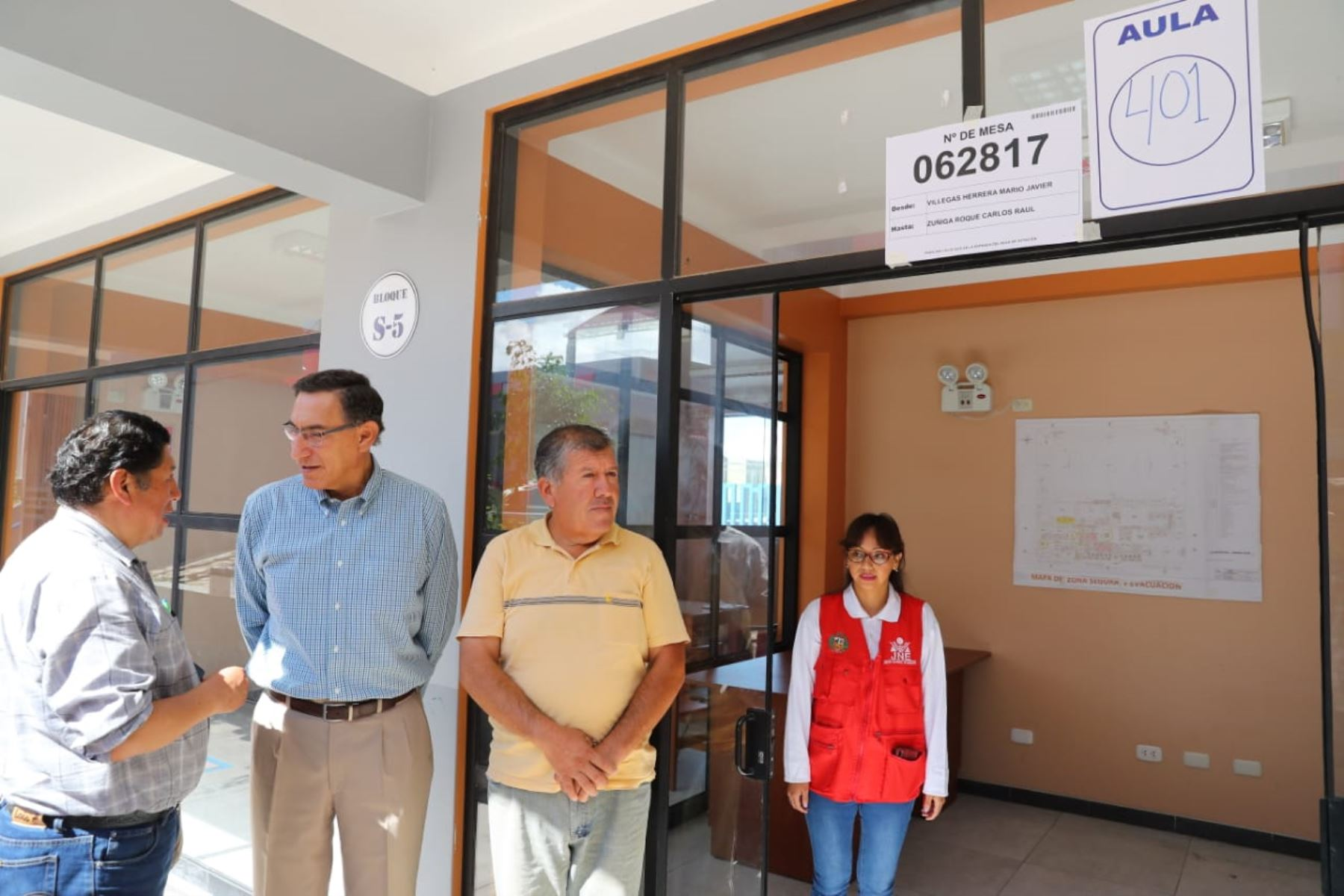 Jefe  del Estado, Martín Vizcarra, emite su voto en las Elecciones Congresales Extraordinarias 2020 en la región Moquegua. Foto: ANDINA/Prensa Presidencia