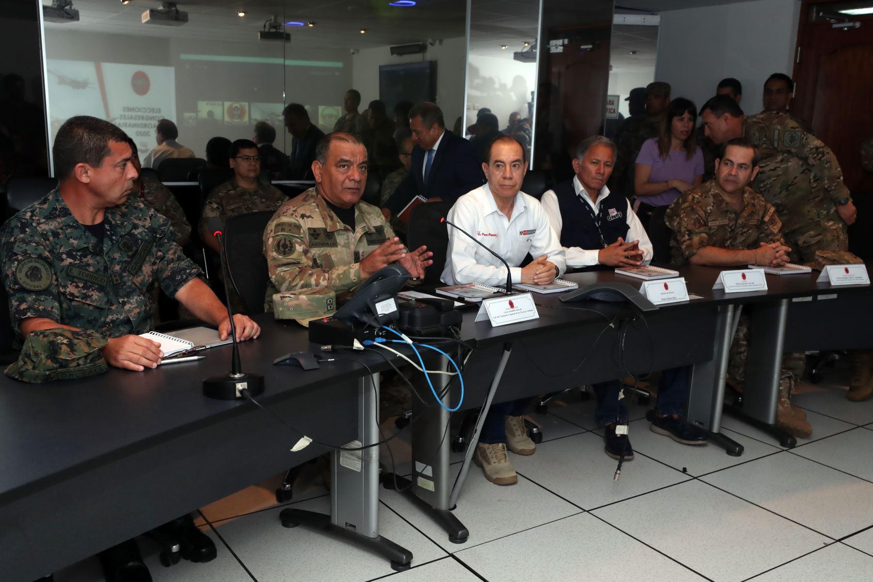 Ministro de Defensa, Walter Martos, junto al jefe del  CCFFAA, supervisa el trabajo de las Fuerzas Armadas en estas Elecciones Congresales 2020 a nivel nacional, desde el Puesto de Comando del Comando Conjunto de las Fuerzas Armadas. Foto: ANDINA/Mindef