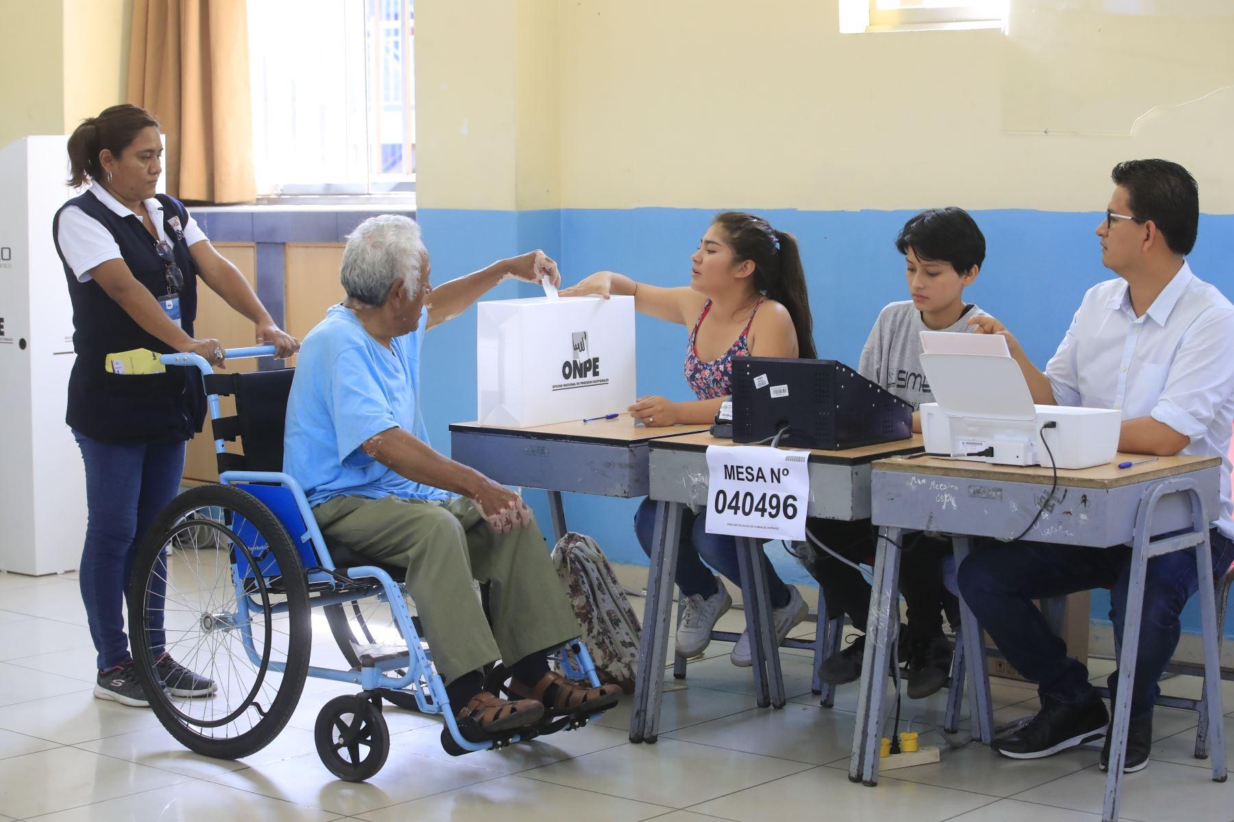Personas con discapacidad emiten su voto en las instalaciones del colegio Melitón Carbajal por las Elecciones Congresales Extraordinarias 2020.Foto: ANDINA/Juan Carlos Guzmán