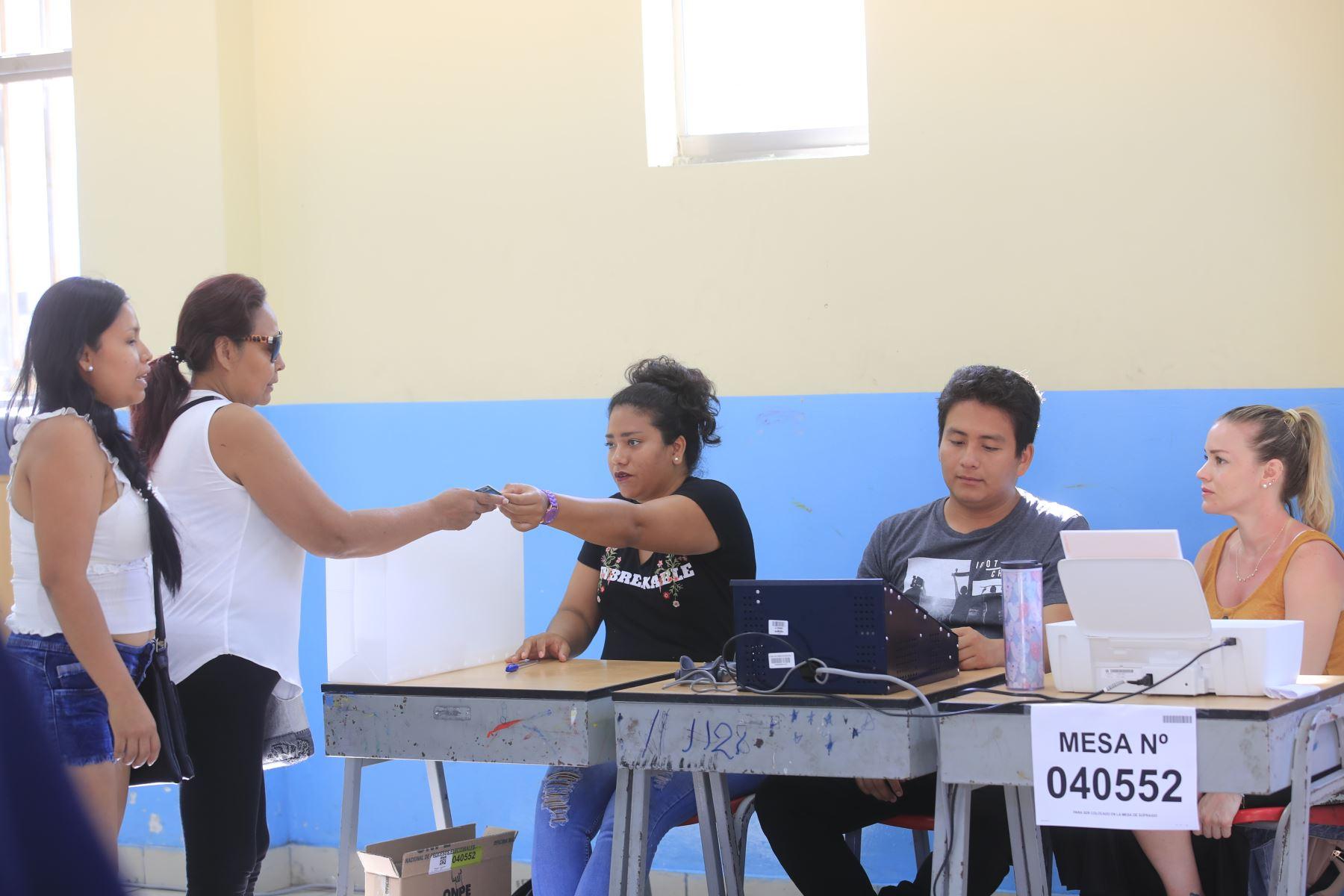 Ciudadanos emiten su voto en las instalaciones del colegio Melitón Carbajal por las Elecciones Congresales Extraordinarias 2020.Foto: ANDINA/Juan Carlos Guzmán