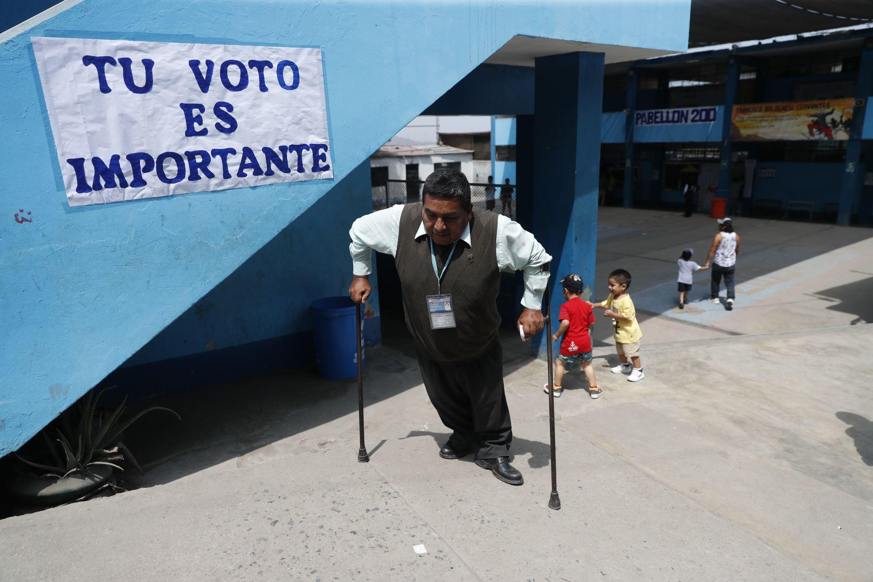Personas con discapacidad emiten su voto en en el Colegio Santiago Antúnez de Mayolo UGEL 02  del Ermitaño por las Elecciones Congresales Extraordinarias 2020. Foto: ANDINA/Renato Pajuelo